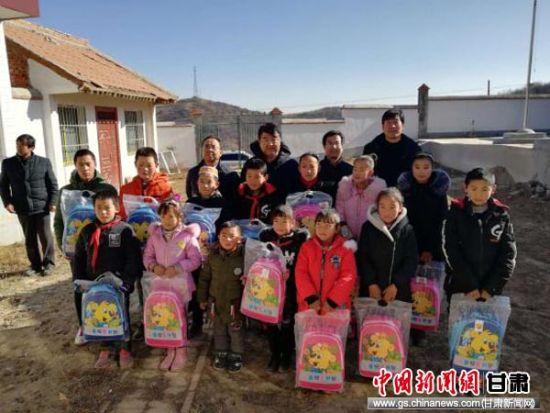 农行工作人员为张家川回族自治县闫家乡草川梁村贫困学子送去爱心书包。