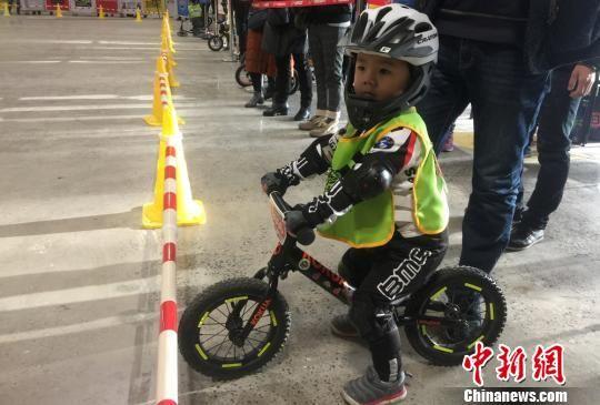图为小选手观看其他选手比赛。 刘玉桃 摄
