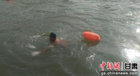 本次活动吸引了甘肃各地的330多名游泳爱好者的参与,图为游泳爱好者横渡黄河。艾庆龙 摄