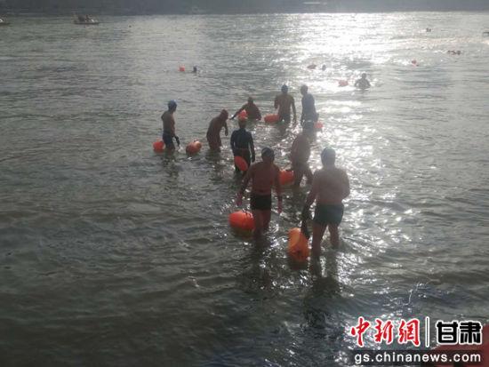 游泳爱好者在终点浅滩处,相互庆祝。艾庆龙 摄