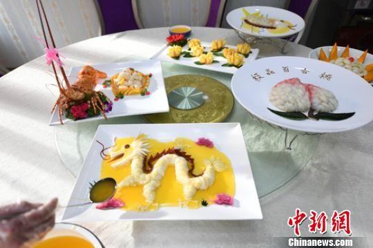 """据了解,该美食城烹饪出的""""百合宴""""菜品很多,除甘肃百合龙之外,还有百合龙虾、金菊百合、极品百合桃、百合鱼、南瓜百合等,甘肃百合龙是其代表菜。 杨艳敏 摄"""