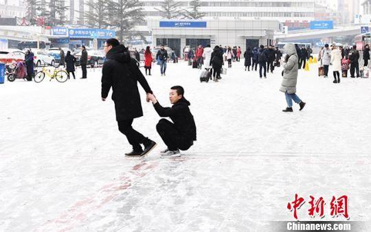 图为3日的兰州民众在雪中嬉戏。 杨艳敏 摄