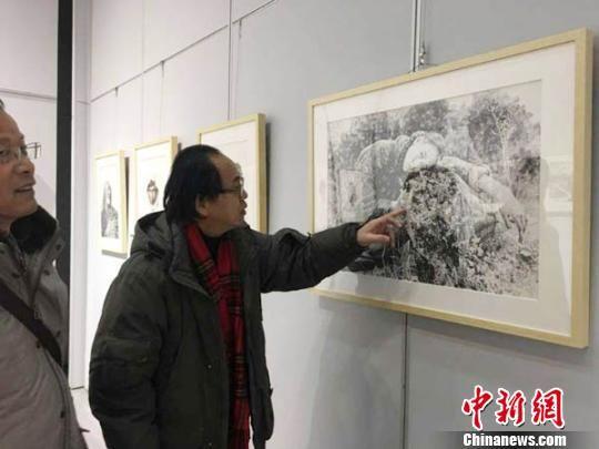 """参加此次钢笔画展的18位艺术家平均年龄为60岁,他们自发组成一支""""夕阳红""""艺术家队伍,一同追忆往昔。 李治林 摄"""
