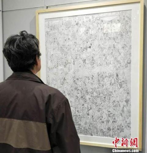 """1月5日,""""淬钢漉墨――丝路风韵钢笔画展""""在甘肃兰州举办,甘肃甘肃省美术家协会会员周新平创作钢笔画《陇上腊月图》再现上世纪90年代农贸市场景象。 李治林 摄"""