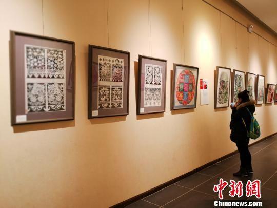 """6日下午,""""民风?民韵?民萃――甘肃剪纸艺术十人精品展""""在甘肃艺术馆举办,共展出110幅剪纸精品。 崔琳 摄"""