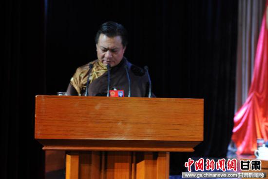 甘南州长赵凌云作政府工作报告。
