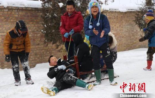 图为瓦天沟小学学生们看到银装素裹的世界异常兴奋,大家在雪地里打雪仗,滑雪。 敬斐斐 摄