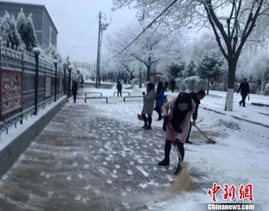 1月5日,甘肃武威市古浪县民众清理积雪。 钟欣 摄