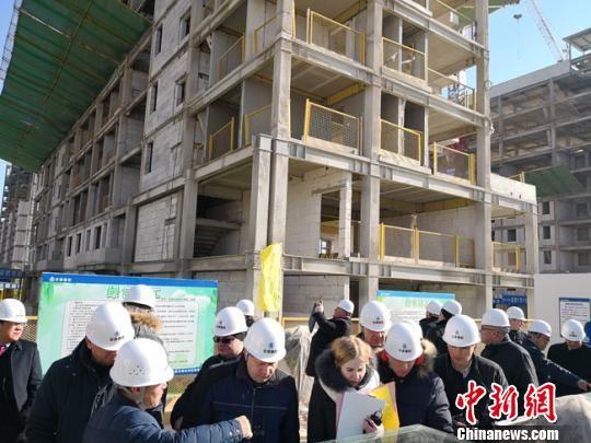 1月11日,白俄罗斯建筑企业考察团参访了位于兰州新区的10万平方米装配式钢结构住宅小区。 冯志军 摄