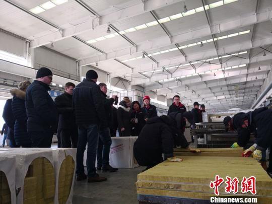 图为白俄罗斯建筑企业考察团参观甘肃建投位于兰州新区的生产车间。 冯志军 摄