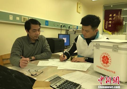 """1月11日凌晨1时30分,刘江下了飞机,一路飞奔,终于抵达受捐患者所的在广州某医院,将""""生命种子""""交给了正在焦急等待中的医护人员。 钟欣 摄"""