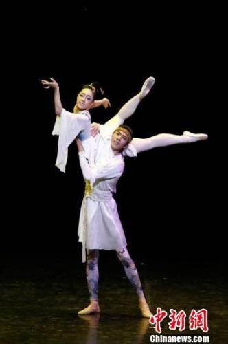 近日,兰州芭蕾舞团凭借着芭蕾版《大梦敦煌》惊艳亮相第三届中国国际芭蕾演出季。图为芭蕾版《大梦敦煌》演出剧照。 钟欣 摄