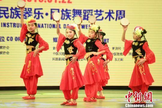 少儿表演新疆舞。 杨艳敏 摄