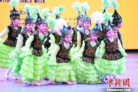 少儿表演哈萨克族舞蹈。 杨艳敏 摄