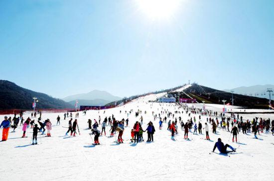 图为临夏和政松鸣岩国际滑雪场