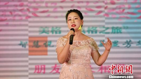 图为女性妆扮一新表演独唱节目。 史静静 摄