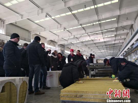 图为1月上旬,白俄罗斯建筑企业考察团参观考察甘肃建投相关生产线。 冯志军 摄