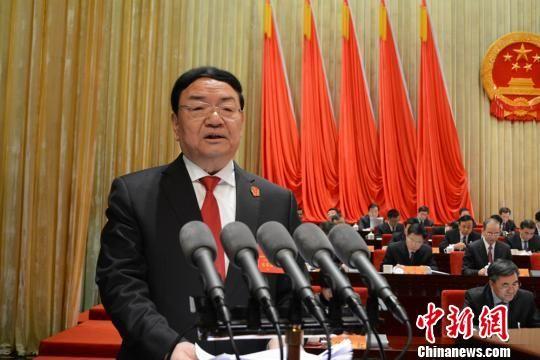 1月26日,甘肃省高级人民法院院长梁明远向甘肃省第十三届人民代表大会第一次会议作《甘肃省高级人民法院工作报告》。 韦德占 摄