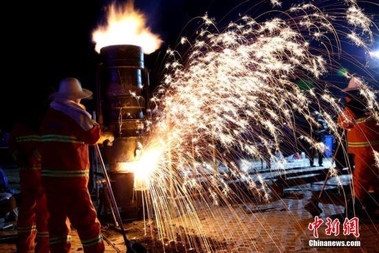 """2月8日晚(农历小年夜),甘肃黄河岸边小城永靖县上演了一场民俗绝技""""打铁花"""",民众在漫天的火树银花中迎接即将到来的新春佳节。侯奇志 摄"""