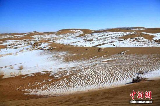 """""""沙雪交融""""的大漠美景。"""