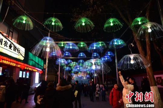 灯会上的水母灯,也吸引了众多民众。 杜萍 摄