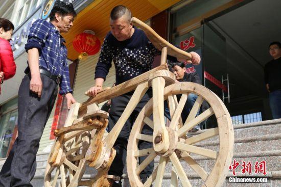 村民参观何湧制作的自行车。郑兵 摄