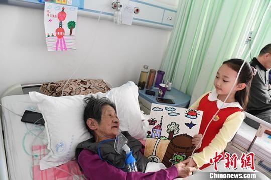 """图为赵晋艺的画""""装扮""""在老人的病房。 杨艳敏 摄"""