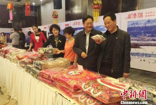 活动主办方还在现场设立了庆阳市精品旅游商品展区,来自庆阳的农产品、皮影、刺绣、剪纸四大类200多种商品展出吸引了与会人员驻足参观。 侯志雄 摄
