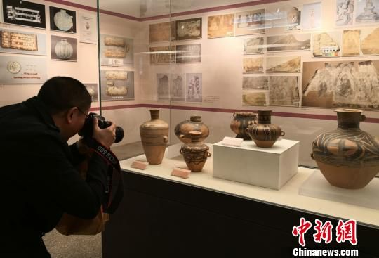 3月30日,甘肃省第一次可移动文物普查成果新闻发布会于兰州召开。图为民众在甘肃省博物馆观赏展出的文物。 刘玉桃 摄