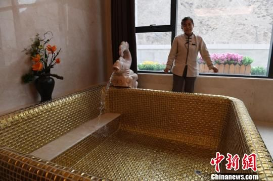 图为客房中的室内温泉。 杨艳敏 摄
