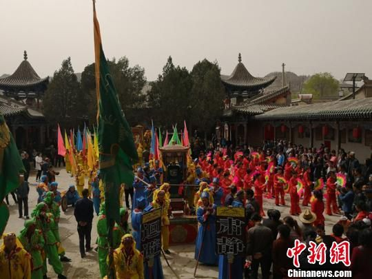 """4月4日,被誉为""""天下黄河第一古镇""""的甘肃榆中县青城举行一年一度的""""城隍出府""""活动。 杨娜 摄"""