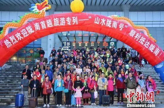 图为宁夏的游客抵达甘肃陇南。 肖红 摄