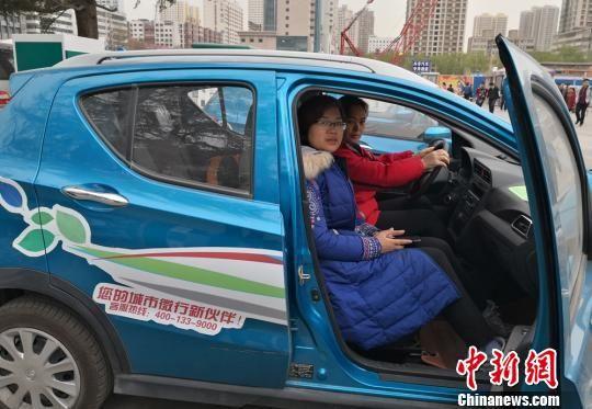 图为游客租用共享汽车。 刘玉桃 摄
