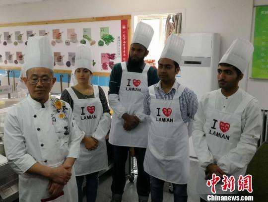 图为兰州牛肉面大学堂的技术老师赵新民(左一)和他的洋弟子们。 史静静 摄