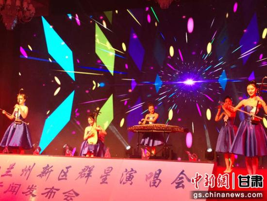 图为该新闻发布会上,丝之韵国乐组合现场表演。