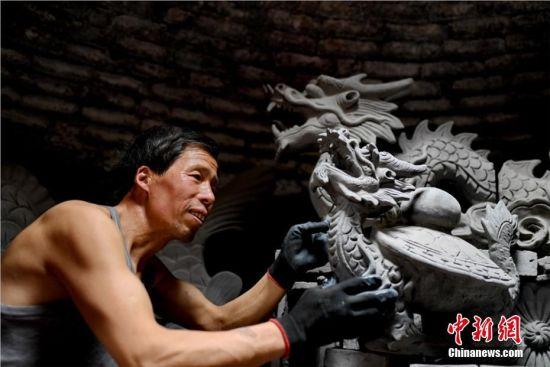 图为刘泉创作的古建脊兽泥塑。 徐振华 摄