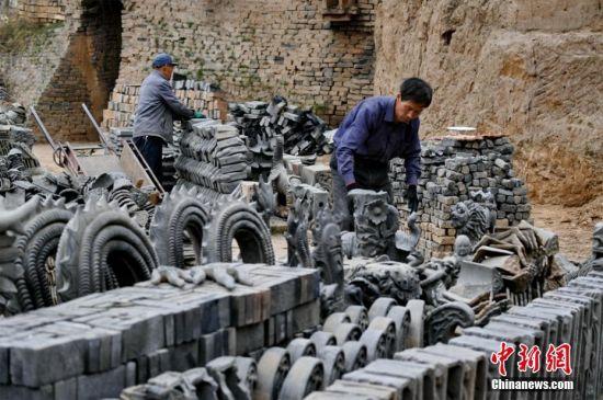 图为刘泉在自己创办的泥塑公司忙碌。 徐振华 摄