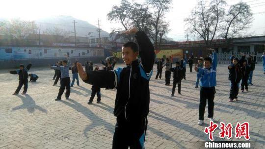 图为学生们正在学习武术。(资料图) 郭炯 摄