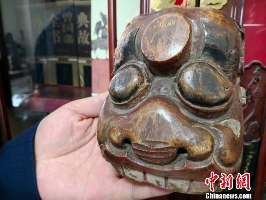 图为收藏的傩面具。 刘薛梅 摄