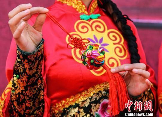 """甘肃庆阳市举办的""""小崆峒旅游文化节""""上,庆阳香包在展示。 陈飞 摄"""