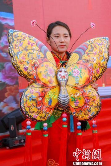 """甘肃庆阳市举办的""""小崆峒旅游文化节""""上,刺绣手工艺品蝴蝶在展示中。 陈飞 摄"""