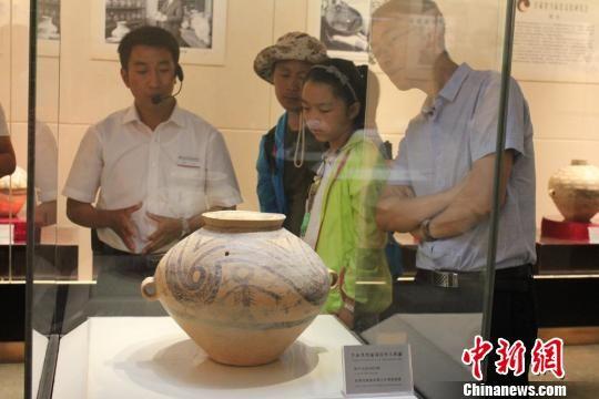 资料图:马家窑彩陶精品在嘉峪关长城博物馆展出。 徐雪 摄
