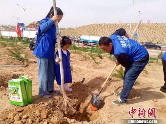 """4月22日,""""绿色崛起 同心筑梦――2018年甘肃网友公益植树活动""""在兰州新区举行。 闫姣 摄"""