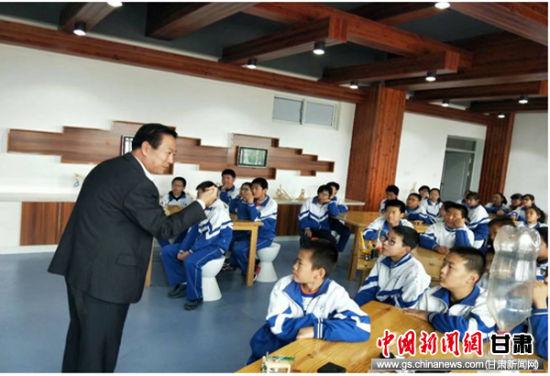图为康峰给省内各地科技辅导员开展自制教具实验演示。