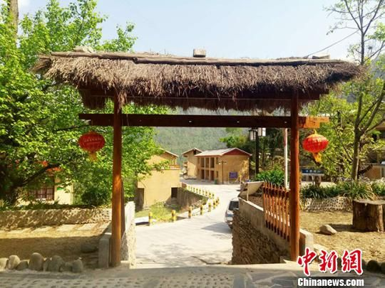 余家河村村民住上了干净整洁的小楼房,村里的黄土路也变成水泥路。 闫姣 摄