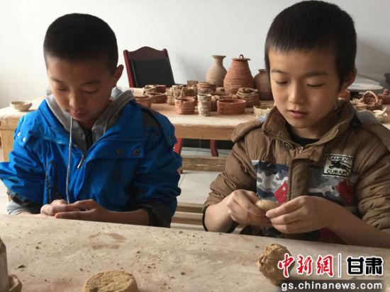 图为小学生参加研学旅行。