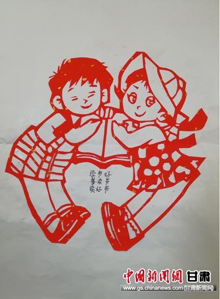 """图为文庙街小学同学创作作品""""以书会友""""。 马晓佳 摄"""
