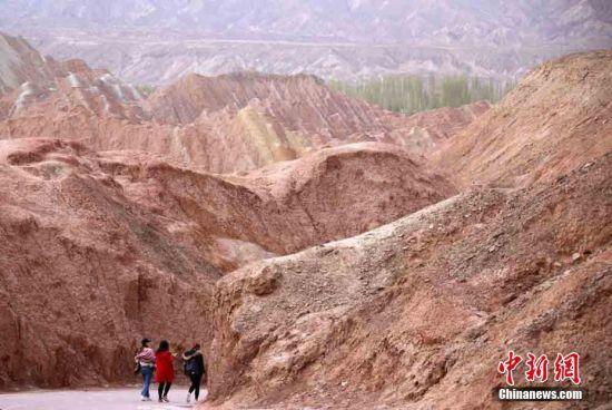 游客游览张掖丹霞景区。张渊 摄