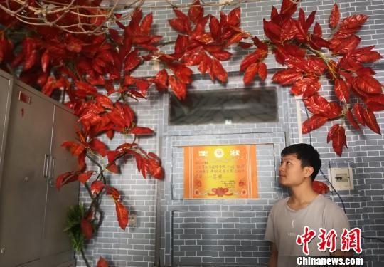 """图为兰州理工大学学生利用""""枫叶""""和树藤装扮宿舍。 刘玉桃 摄"""
