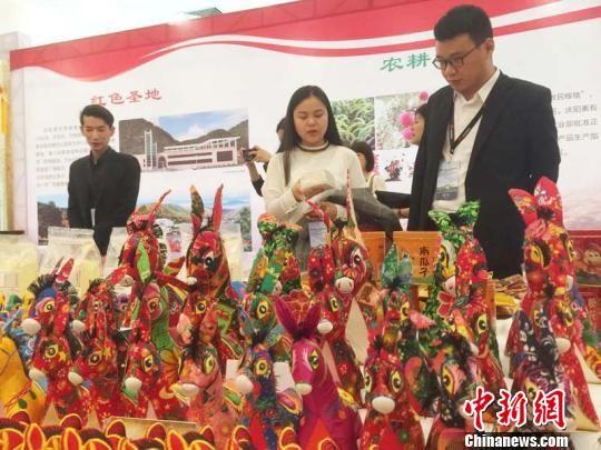 甘肃庆阳市在深圳举办的招商引资项目推介会,民俗产品吸引参会企业代表关注。 侯志雄 摄